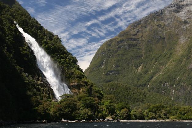 Wodospad spływający rzeką w nowej zelandii