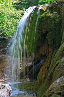 """Wodospad """"sribni struji"""" (srebrzyste włókna). krym, ukraina. ekspozycja długoterminowa."""