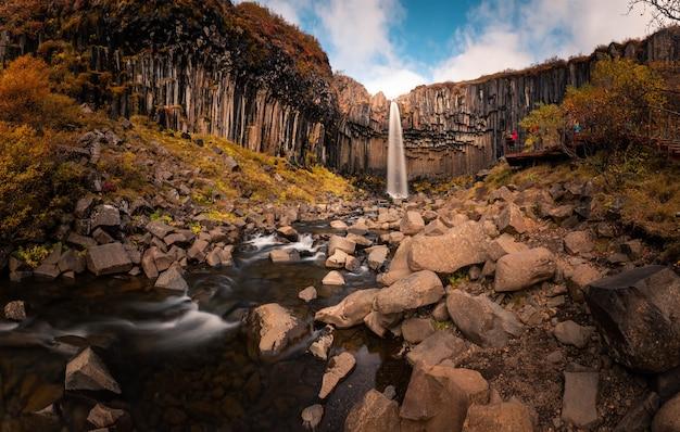 Wodospad svartifoss w parku narodowym skaftafell w południowej islandii