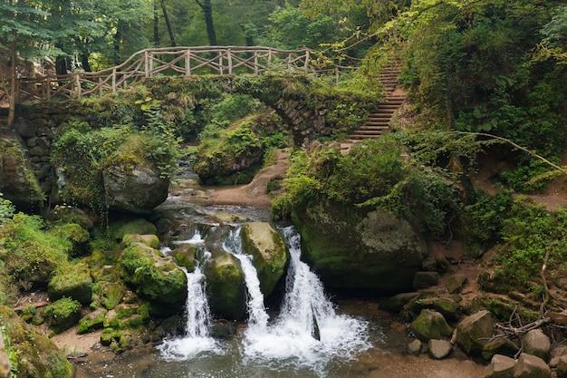 Wodospad szlak mullerthal w regionie mullerthal w luksemburgu