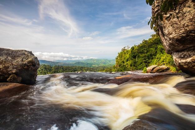 Wodospad tad-loei-nga. piękny wodospad w prowincji loei, thailand.