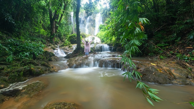 Wodospad tad sadao, kanchanaburi tajlandia