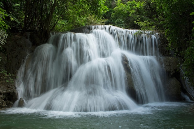 Wodospad tajlandii w kanchanaburi (huay mae kamin)