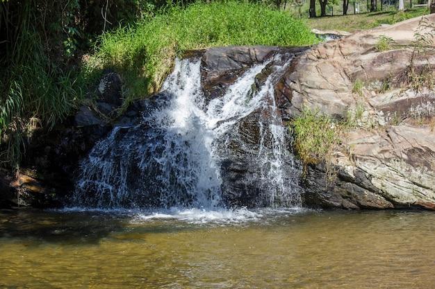 Wodospad tomascar w pięknej rzece w rio de janeiro.