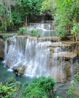 Wodospad tropikalny lasów tropikalnych, tajlandia
