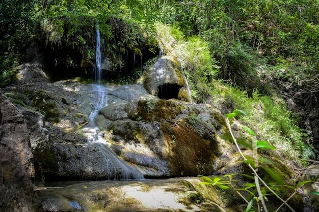 Wodospad ukryty w tropikalnej dżungli