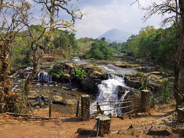 Wodospad w dżungli, laos