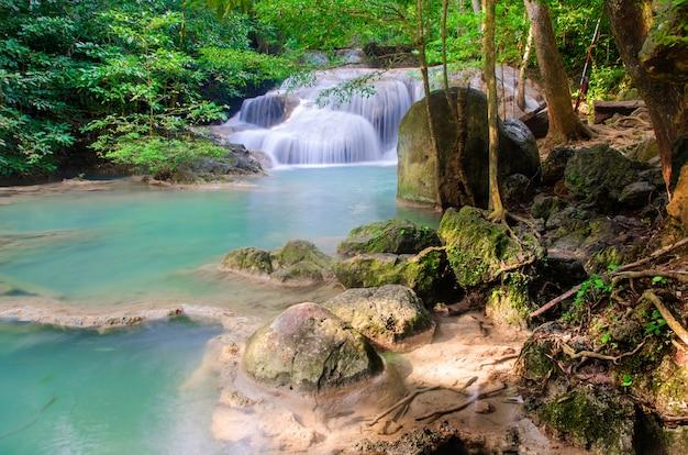 Wodospad w głębokim lesie, tajlandia