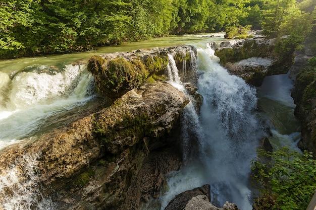 Wodospad w gruzji na tle lasu. wodospad w gruzji.