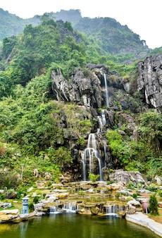 Wodospad w jaskini hang mua. trang malowniczy obszar w pobliżu ninh binh, wietnam