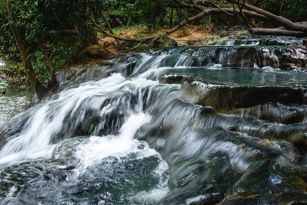 Wodospad w lasach tropikalnych