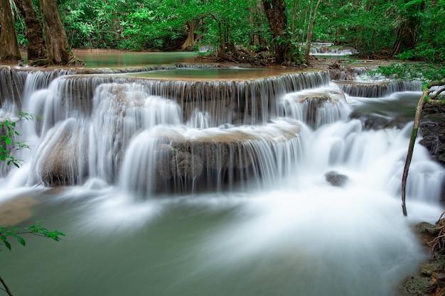Wodospad w lesie deszczowym w zachodniej tajlandii. robienie zdjęć z długimi czasami otwarcia migawki. wodospad huai mae khamin, prowincja kanchanaburi.