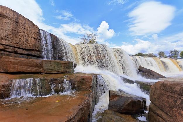 Wodospad w lesie tropikalnym, na północ od tajlandii