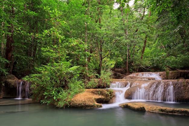 Wodospad w lesie tropikalnym, na zachód od tajlandii