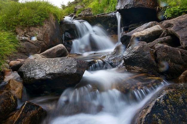 Wodospad w lesie w długim czasie naświetlania.
