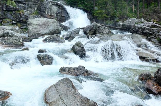 Wodospad w letnim widoku wielkiej zimnej doliny (velka studena dolina). wysokie tatry, słowacja.