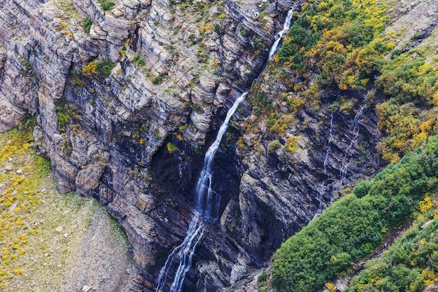 Wodospad w parku narodowym galacier, montana, usa. sezon jesienny.