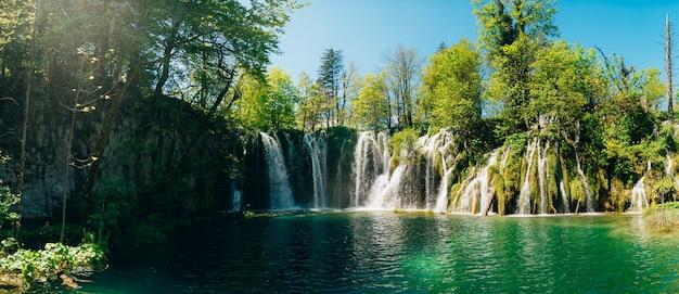 Wodospad w parku narodowym jeziora plitwickie chorwacja wodospad