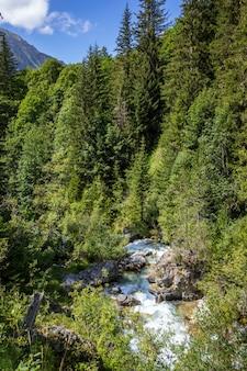 Wodospad w parku narodowym vanoise, sabaudia, alpy francuskie
