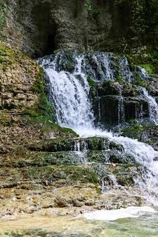 Wodospad w pięknym naturalnym kanionie martvili w gruzji