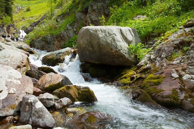 Wodospad w skalistych górach