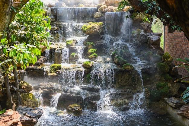 Wodospad w tajlandii, piękny wodospad w ogrodzie przydomowym