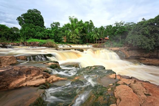 Wodospad w tropikalnym lesie, na północ od tajlandii