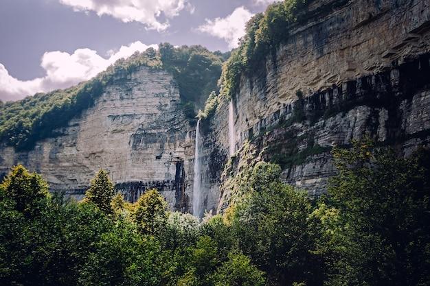 Wodospad w widoku gór skalistych