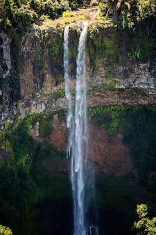 Wodospad wpada do krateru wulkanu w parku narodowym mauritius chamarel