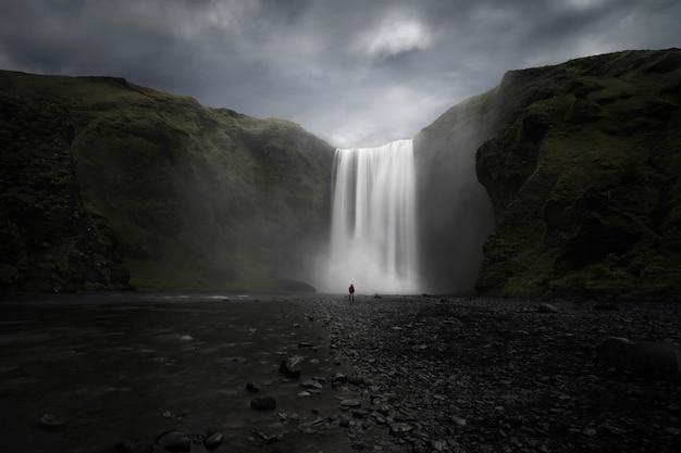 Wodospad z dużymi kamieniami na islandii