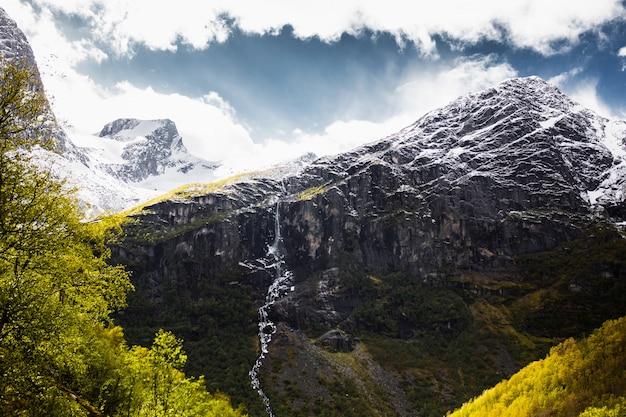 Wodospad z góry. podróżuj po europie. wiosna w norwegii. piękny wiosenny krajobraz w skandynawii. turystyka w europie. charakter tła. piękny krajobraz z widokiem na góry