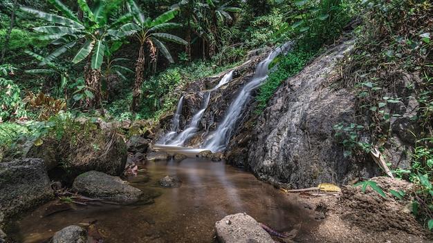 Wodospad z naturalną scenerią