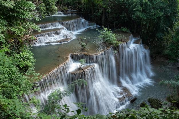 Wodospady huay mae khamin w głębokim lesie w parku narodowym srinakarin kanchanaburi
