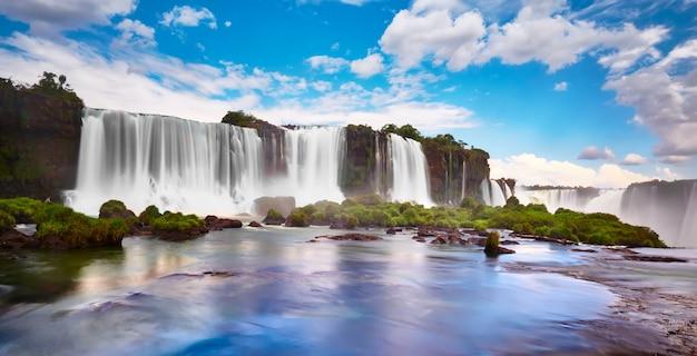 Wodospady iguazu w argentynie, widok z usta diabła. panoramiczny widok wielu majestatycznych potężnych kaskad wodnych z mgłą. panoramiczny obraz doliny iguazu.