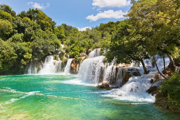 Wodospady krka w parku narodowym w dalmacji, chorwacji