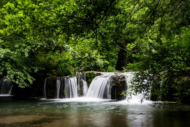 Wodospady monte gelato w valle del treja w pobliżu mazzano romano, lazio, włochy