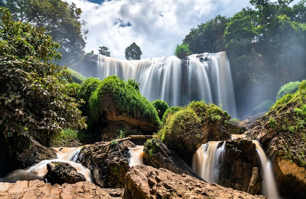 Wodospady słoni na rzece cam ly w pobliżu da lat w wietnamie