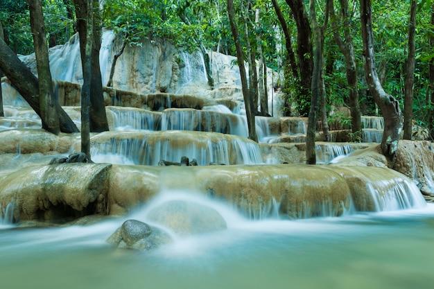 Wodospady w głębokim lesie w parku narodowym, piękny strumień wody słynny wodospad lasów tropikalnych w tajlandii