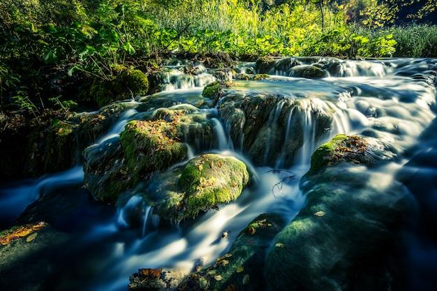 Wodospady w słońcu w parku narodowym plitwice