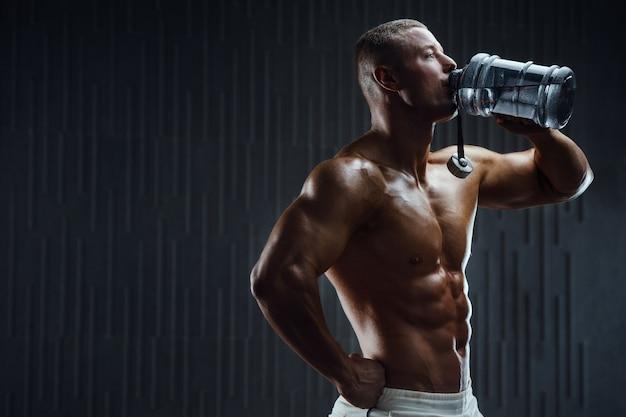 Wody pitnej kulturysta po treningu fitness