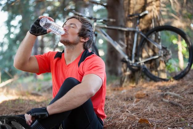 Wody pitnej rowerzysta górski