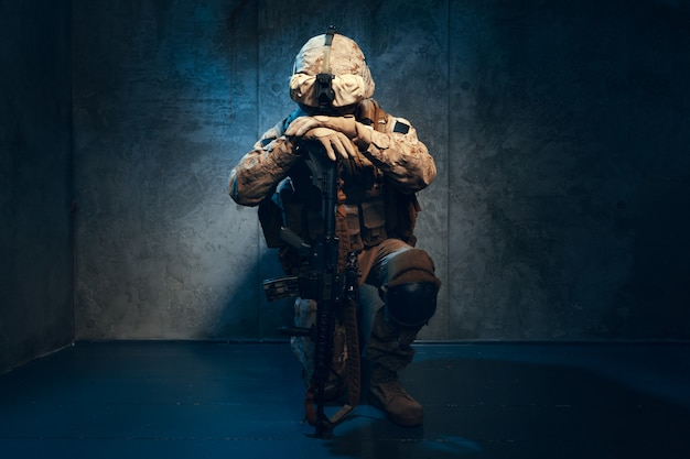 Wojna, armia, koncepcja broni. prywatny strzelec wojskowy trzyma karabin