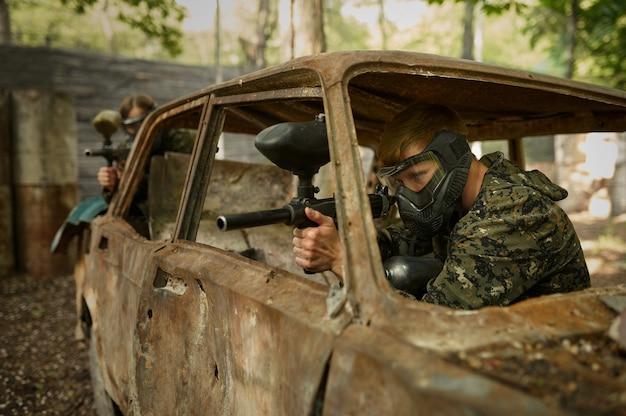 Wojownicy strzelający z pistoletów paintballowych, gra zespołowa