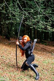 Wojownicza średniowieczna Kobieta Z Polowaniem Na łuk W Tajemniczym Lesie Premium Zdjęcia