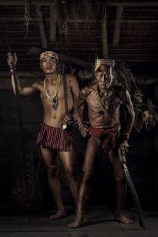 Wojownik mentawai. rdzenni mieszkańcy etniczni wysp w muara siberut są również znani jako ludzie mentawai. zachodnia sumatra, wyspa siberut, indonezja.