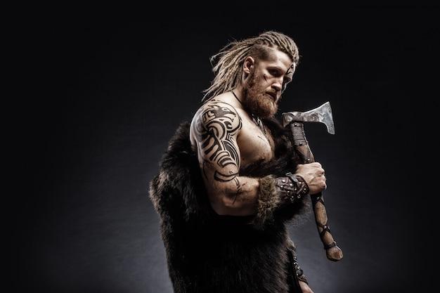Wojownik wikingów ubrany w skórę niedźwiedzia z siekierą
