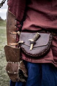 Wojownik wikingów w skórzanych rękawiczkach i torbie na pośladki