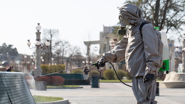 Wojsko dezynfekuje, aby przeciwdziałać rozprzestrzenianiu się koronawirusów covid-19 sars-cov-2.