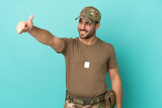 Wojsko z nieśmiertelnikiem na białym tle na niebieskim tle, dając gest kciuka w górę