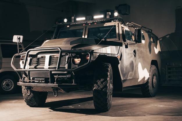 Wojskowa ciężarówka z karabinem maszynowym na dachu.